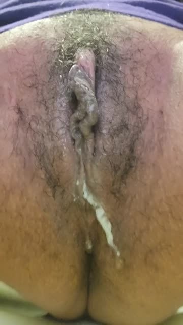 watch my cum ooze out of my pussy while i pee🤤🤤