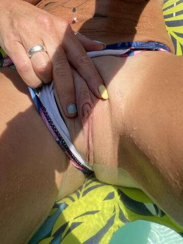 would you lick my pussy while i lay in the pool till i cum in your mouth?? 💦💦
