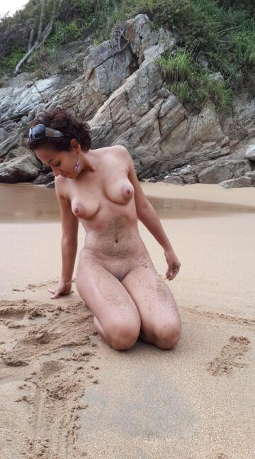 alone in the beach... looking for my ⬆️ 😂😂😂 [f29] [oc]
