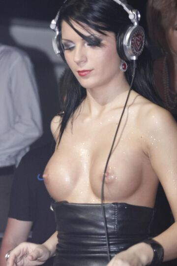 miki love playing a set with her tits out