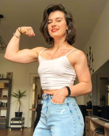 look at the guns on her