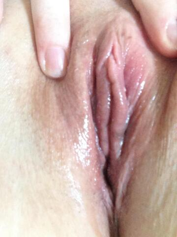 rate my wet pussy .... and are you eating or fucking first 💋
