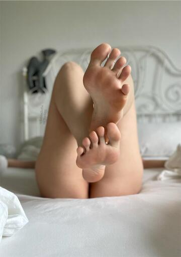 hi guys, this is my first post here. i'm insecure about my feet, but i try to be brave