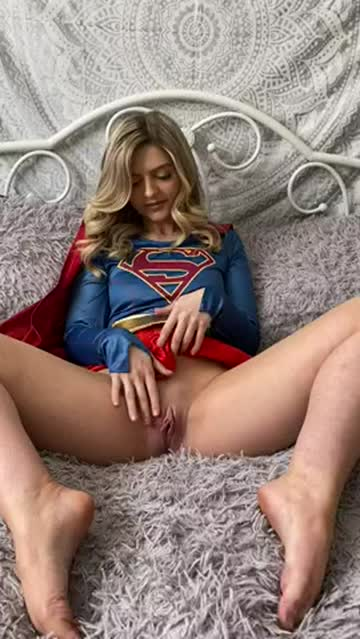 camgirl cosplays supergirl and fingers solo