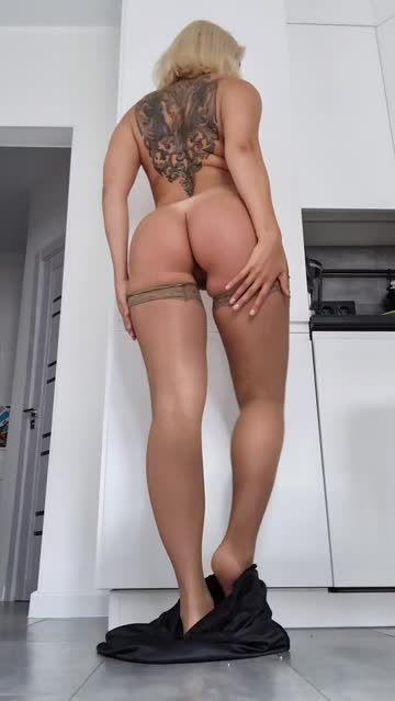 reveals goorgeous ass and legs