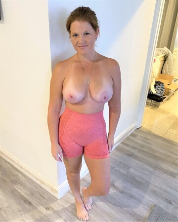 ginger mom in workout pants! do i have milf hips and tits? [f]